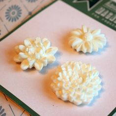 3 magneter ❖ hvite blomster Ice Tray, Silicone Molds, Pineapple, Fruit, Food, Pinecone, Meals