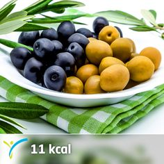 Zeytinin içerisinde yüksek miktarda bulunan E vitamini hücrelerin yenilenmesini sağlar. Ayrıca antioksidan kapasitesi yüksektir. Ancak içeriğindeki tuz miktarı sebebiyle sahurda çok fazla tüketmemeye dikkat etmelisin. Sahurda zeytin tüketmek yerine 4-5 adet ceviz veya 8-10 adet badem tüketmeyi deneyebilirsin   1 adet zeytin 11 kaloridir.