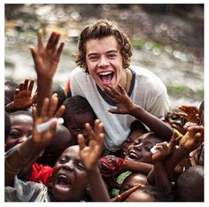 One Direction 20 Day Challenge! Day One: Favorite picture of Harry: Reason why is because it shows the humanity. It is the side of Harry I wish the media would cover instead of who he might be dating, and gossip, moving to L. Niall Horan, Zayn Malik, I Love One Direction, Harry Styles Mode, Harry Edward Styles, Louis Tomlinson, I Love Him, My Love, Harry Styles Imagines
