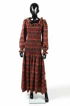 SAINT LAURENT RIVE GAUCHE, circa 1976/77 ROBE en étamine de laine imprimée smockée depuis les épaules jusqu'aux hanches, décolleté carré et poignets volantés (T36)