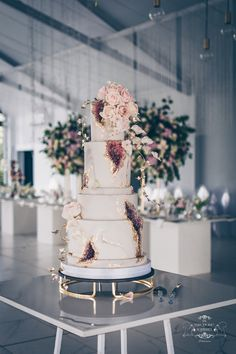 Geode cake with Wafer paper and Gumpaste flowers Creative Wedding Cakes, Cool Wedding Cakes, Wedding Cake Designs, Wedding Desserts, Geode Wedding Cakes, Engagement Cake Design, Engagement Cakes, Luxury Cake, Luxury Wedding Cake