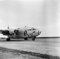 Sur la piste de la base de Cat Bi, l'avion de transport C-119 Packet n°572 s'apprête à décoller à destination de Diên Biên Phu. L'appareil est décoré à l'américaine, d'une silhouette de pin up (Rose-Marie). Date : Mars 1954