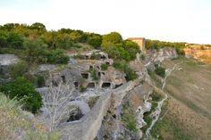 Большая часть пешечных городов горного Крыма возникли в V-VIII веках. Основателями пещерных городов были потомки разноплемённых жителей центрального предгорья истепей. Пещерными города называют всвязи с тем, что они сочетали в себе наземные сооружения и помещения высечен