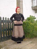 Traje de Trabalho: Mulher com saia de lã e avental de serguilha, blusa de flanela, lenço na cabeça, e facha preta nas ancas (em algumas circunstâncias por razõ...