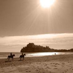 Playa de Peñiscola con el castillo Papa Luna de fondo