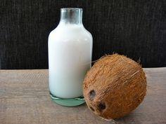 Itse tehty kookosmaito |Home made coconut milk. In English: http://www.gurmee.net/en/2013/09/14/kuinka-saisin-rikki-kookospahkinan-ja-kookosmaidon-valmistus/