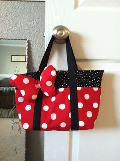 60 Gorgeous DIY Tote Bags With Free Patterns For Every Occasion Minnie Mouse Inspired Tote Disney Diy, Disney Crafts, Disney Travel, Disney Tote Bags, Disney Purse, Sewing Crafts, Sewing Projects, Diy Tote Bag, Patchwork Bags