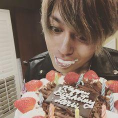 WEBSTA @ 10969taka - Happy birthday TORU!!!!! またまた年をとってしまったね!いつもいつも本当に心から感謝してるよ!あなたのおかげで僕は今日もone ok rockのボーカルを務めることができてます!これからもリーダーとして引っ張っていってね!少し早いけどお誕生日おめでとう!@toru_10969
