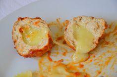Palavras que enchem a barriga: Almôndegas de frango recheadas com queijo com molh...