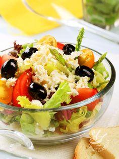 Insalata mista ai sapori pugliesi: lattuga e radicchio, pomodori, pomodorini, olive e asparagi. Il tutto condito da una buona dose di burrata.