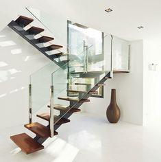 Escadas em ferro e madeira (espinha) com guardas de vidro