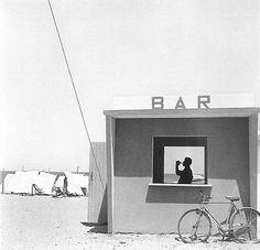 07-Piergiorgio-Branzi-Senigallia-bar-sulla spiaggia-1957
