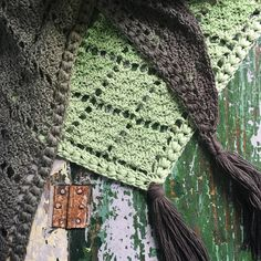 After my Happy Whirl Shawl  I am hooked on this yarn Whirl  by Scheepjes .  This time I chose The Pistachi Oh So Nice    Then I turned on Ne...