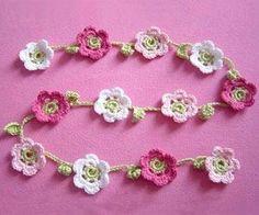 Diese mit Blüten geschmückte Häkelkette eignet sich super als Deko oder Halsschmuck und ist ganz einfach nachzumachen: hier zeigen wir Dir wie es geht! Die Idee hierzu hatte DaWanda-Designerin strickliese. Für eine Kette brauchst Du: insgesamt ca. 50 g reine Baumwolle, vorzugsweise Schachenmayr Catania in rosé, pink, weiß und apfelgrün eine Häkelnadel NS 2,5 Schere …