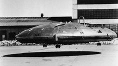 Die UFO-Pläne der USA.Es sieht aus wie ein UFO, es schwebt wie ein UFO - ist aber ein von Menschen geschaffenes Flugobjekt. Das Avrocar wurde in den 1950er Jahren von dem kanadischen Unternehmen Avro Canada im Auftrag der US Air Force entwickelt. Die auf Luftkissentechnologie basierende fliegende Untertasse sollte allerdings nur als Testversion eines noch größeren Flugobjekts ähnlicher Bauart dienen, das unter dem Titel Project 1794 bei der US-Luftwaffe in Planung war.