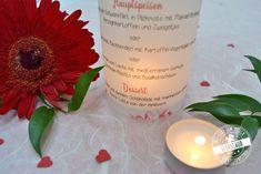 Die etwas andere Menükarten Idee für eure Hochzeit. Aus Transparentpapier um ein Glas gewickelt eine zusätzilche Deko Idee. Darin verbirgt sich ein Teelicht und zaubert eine romatische Stimmung auf den Hochzeitstisch.  Ein rotes Herz aus  Wasserfarben steht im Mittelpunkt dieser individuellen und ausgefallenen Papeterie. #feenstaub #wasserfarbe #hochzeit #design #menükarten #weddingstationery Candle Jars, Candles, Tableware, Design, Paper, Invitation Cards, Postcards, Decorating Ideas, Creative
