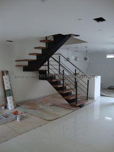 Escada Viga central de madeira pintada de preto