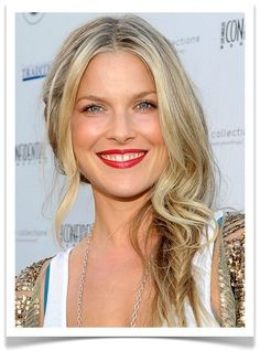 The almost-not-a-braid side swept hair. Love!
