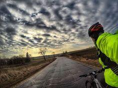 Czuć #wiosna bez #smog w powietrzu. Szkoda że ten #wmordewind psuje przyjemność. #sunrise #clouds . . #cyclingphotos #cyclingpics #stravaphoto #cyclinglife #rideyourbike #ilovemybike #lovecycling #instacycle #cyclinglove #strava #proveit #cycling #bikestagram #gopro #goprohero5black #gp5b #hero5 . . #pasjadosportu #kreckilometry #rower
