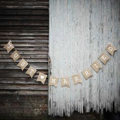 Planning a rustic wedding? This hessian bunting is a MUST.