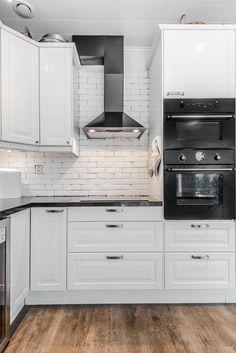 keittio-liesituuletin-sisustuksen-kauniit-savyt Kitchen Dining, Kitchen Cabinets, Dining Room, Summer, House, Home Decor, Furniture, Houses, Summer Time