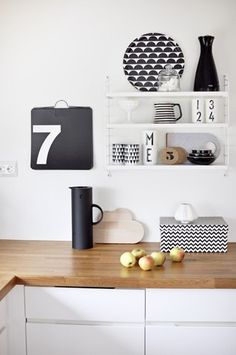 Black and white kitchen styling with Design Letters Cups Decoracion Low Cost, Home Decoracion, Deco Design, Küchen Design, House Design, Nordic Design, Kitchen Interior, New Kitchen, Kitchen Decor