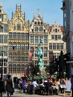 Terraza en la plaza Mayor de Amberes en Bélgica