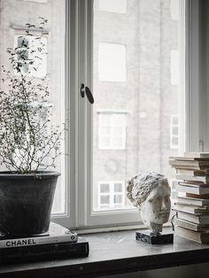 Windowsill decoration 57 ideas how to discover the potential of the windowsill Vardagsrum Diy Interior Styling, Interior Decorating, Diy Interior, Window Sill Decor, Ideas Hogar, Scandinavian Interior, Scandinavian Apartment, Interiores Design, Cozy House