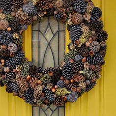 Basteln mit Naturmaterialien – 42 coole Bastelideen tinker with natural materials-DIY wreath Pine Cone Art, Pine Cone Crafts, Wreath Crafts, Diy Wreath, Pine Cones, Door Wreaths, Pine Cone Wreath, Ribbon Wreaths, Tulle Wreath