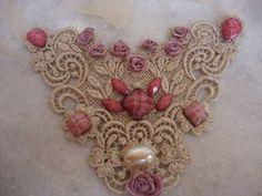 maxicolar com base em renda com fios dourados, e pedarais em tom rosa moderno e detalhes em mini flores. R$ 57,60