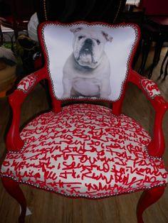 Bulldog anglais en pleine lecture | bulldog réfection tapissier vintage | Rouge rose