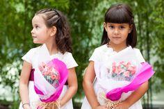 Fotografía de bodas Fotografía en color de dos niñas esperando a los novios para ir camino a la ceremonia de la boda