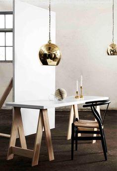 Bill är en snygg taklampa i mässing från Pholc. Lampan Bill passar över köksbord eller ett barbord och gärna i par.