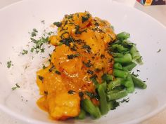Easy Butter Chicken with Rice and Greens 446 Calories - Curries like this Easy Butter Chicken with Rice and Greens are great meals to prepare in the cooler months. Make in a large batch and freeze leftovers. Healthy Mummy Recipes, Healthy Foods To Eat, Healthy Snacks, Healthy Eating, Healthy Cooking, Yummy Mummy, Healthy Food Delivery, Nutrition, Butter Chicken