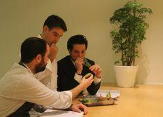 Josean con Txisku e Ismael trabajando en las armonías.