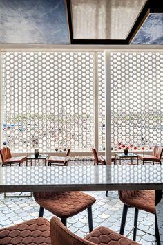 Blue Wave forma parte de un club privado en el puerto barcelonés y ha ganado el Restaurant and Bar Design Award 2016.