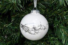 Décoration de Noël moderne. Ajoutez une touche d'élégance à votre arbre de Noël avec cette boule de Noël en porcelaine blanche ornée de brindille de platine d'hiver. Il a été fabriqué à la main de la porcelaine fine bone china et poli à la perfection. Absolument, l'extérieur lumineux s'allume quand accroché sur l'arbre ou même une passage voûté affublé de branches de pin. La simplicité de la conception est unique et inégalée.  Il ferait un cadeau réconfortant pour célébrer le premier Noël de…