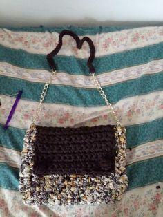 Venduta...borsa tracolla..marrone e colorata....con catena. Cerniera e foderata 35€