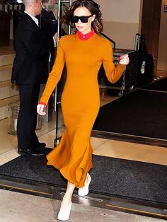 Victoria Beckham hat in ihrem Senfgelben Kleid mit roter Bluse drunter echt unser Fashion-Herz berührt. So eine tolle Farbkombi!