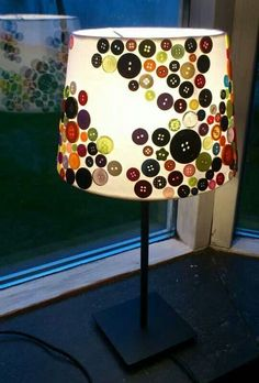 9 toffe #DIY #lampen: Deze #lampenkap met  opgeplakte #knoopjes kunnen we wel makkelijk zelf lijkt me. Kijk eens bij je moeder of oma, die hebben vast nog allerlei #knoopjes in een laatje liggen!