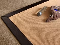 Woven rug made of wood fibers. It's warm and very contemporary thanks to its simple design.
