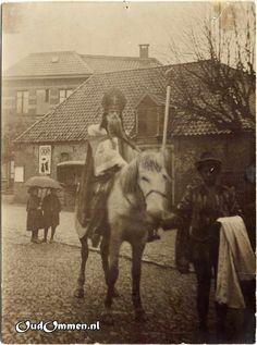 1900 Sint-Nicolaasfeest  De Sint in de Voorbrug met het oude koetshuis van Hotel de Zon.
