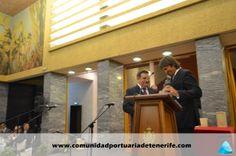 Don Juan Tomás Méndez Pérez (a la derecha), miembro del Patronato de FUNCEPT, hace la entrega del premio a Don Manuel Casáis Caamaño (a la izquierda de la imagen), Director de CAPSA.
