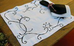 Jogo americano em linho puro bordado arabescos em preto com linha de seda,  design LAINE ABREU!