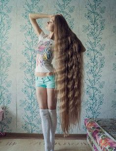 """Hace 13 años que Dashik Gubanova Freckle decidió dejar crecer su cabello hasta los talones. Orgullosa de su meta, la joven rusa ha publicado varias fotografías en las redes sociales, en donde la siguen miles de personas que la han bautizado """"la Rapunzel de carne y hueso"""". Descubre sus impactantes peinados y entérate cuál es su respuesta a todos aquellos que le cuestionan no donar el cabello. Texto: Dolores Molina ( @doloresmmolina ) - Fotos: instagram.com/dashik_gubanova/ Y tú, ¿has donado…"""