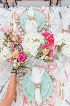 Backyard Party Ideas: Anthropologie-Inspired Summer Dinner - This Anthropolgie-inspired dinner party, aqua and white table decor with pops of pink Outdoor Dinner Parties, Dinner Party Table, Backyard Parties, Outdoor Entertaining, Backyard Ideas, Orquideas Cymbidium, Beautiful Table Settings, Event Decor, Tablescapes