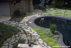 Black pools look so elegant and mysterious. Black Bottom Pools, Dream Pools, Backyard, Patio, House Landscape, Amazing Spaces, Ponds, Beautiful Homes, Swimming Pools