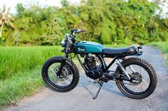 The 'Inari' A stripped down and simplified Honda CB125 made for cruising the back roads to the beach and blasting through rice paddy tracks.  Image by @tbhphoto  #deustemplebikes