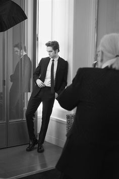 Here are great NEWW BTS Photos of Robert Pattinson and Karl Lagerfeld from Dior Homme photoshoot See more photos after the jump