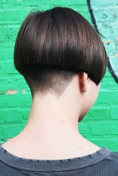 18 Glamorous Bowl Cut Looks To Steal Right Now Ways To Sport Bowl Cut And Look Totally Modern ★ Short Wedge Hairstyles, Stacked Bob Hairstyles, Short Bob Haircuts, Short Hair Cuts, Short Hair Styles, Pixie Cuts, Bowl Haircuts, Shaved Nape, Hair Dye Colors
